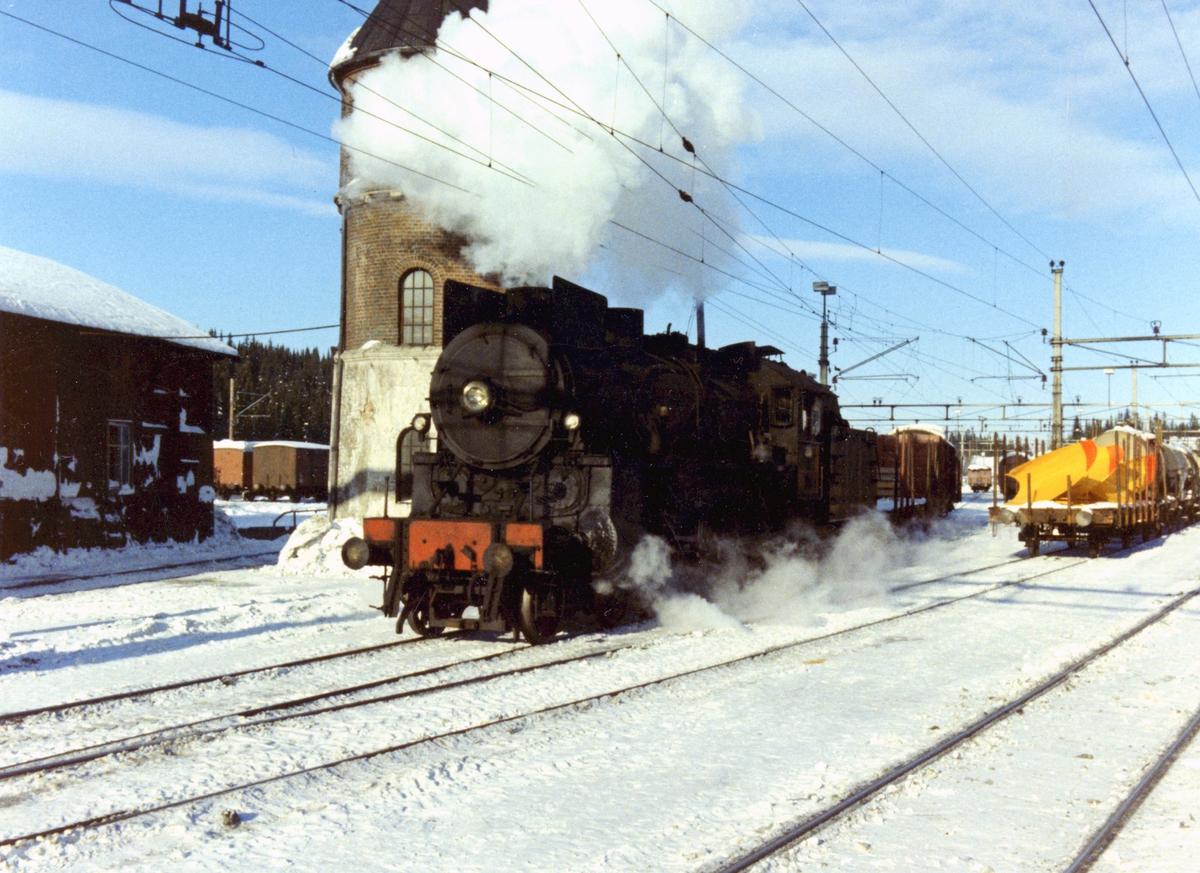 Damplok 31b nr. 451 i skiftetjeneste på Eina stasjon.
