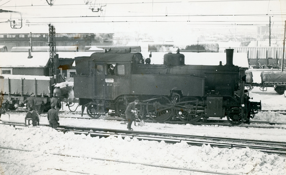 Snøryddingstog på Oslo Ø trukket av damplok 32a nr. 288.