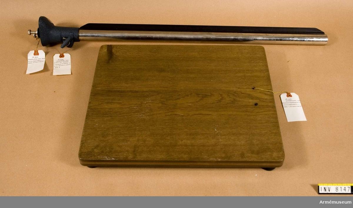 Förstoringsapparat för 24 x 36 mm negativ. De flesta delarna är svarta. I apparaten ingår följande delar: Bottenplatta av trä, brun. Längd 450 mm, bredd 390 mm,  höjd 55 mm. Vikt 2650 g. Lamphus med kondensor 60 mm, vikt 2100 g. Rödfilter vikt 25 g. Negativram vikt 50 g. Pelare 80 cm, inkl. pelarfäste, längd 815 mm, vikt 1800 g. Stativarm med snabblås vikt 650 g.I den tillhörande tillsatsen för reproduktion finns följande: Växelsläde, vikt 600 g. Belysning till skärpeinställning, vikt 900 g. Bländarinställningsring, vikt 75 g. Inställningslupp 5 ggr med ett plastlock, vikt 200 g. Inställningssnäcka vikt 325 g, pappask härför vikt 5 g. Mellanring 26 mm och pappask härför. Mellanstycke för växelsläde, vikt 225 g. Ingår i Fotomaterielsats 7, låda 3.