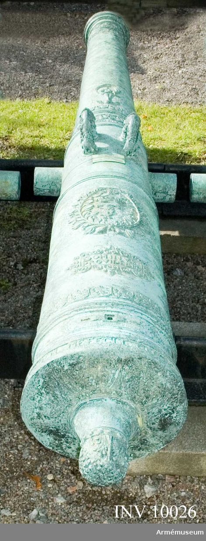 """Grupp A I.  Byte från intagandet av fästningen Glückstadt i Holstein 5/1 1814. Tillhör det första kända danska artillerisystemet vilket infördes av Fredrik III omkring 1649 och som i allmänhet kallas """"Fredrik III:s Rids"""".  Enligt å kammarbandet befintlig inskrift gjuten i Glückstadt 1652-54. Med Fredrik  III:s namnchiffer och hans valspråk: DOMINVS. PROVIDEBET (Herren skall råda) å kammarstycket samt Glückstadts vapen (Fortuna på ett rullande klot) å långa fältet. Loppets relativa längd är 24 kaliber. Kammarsiraten märkt """"--- 1654"""" och """"3385"""", druvhalsen """"3""""."""