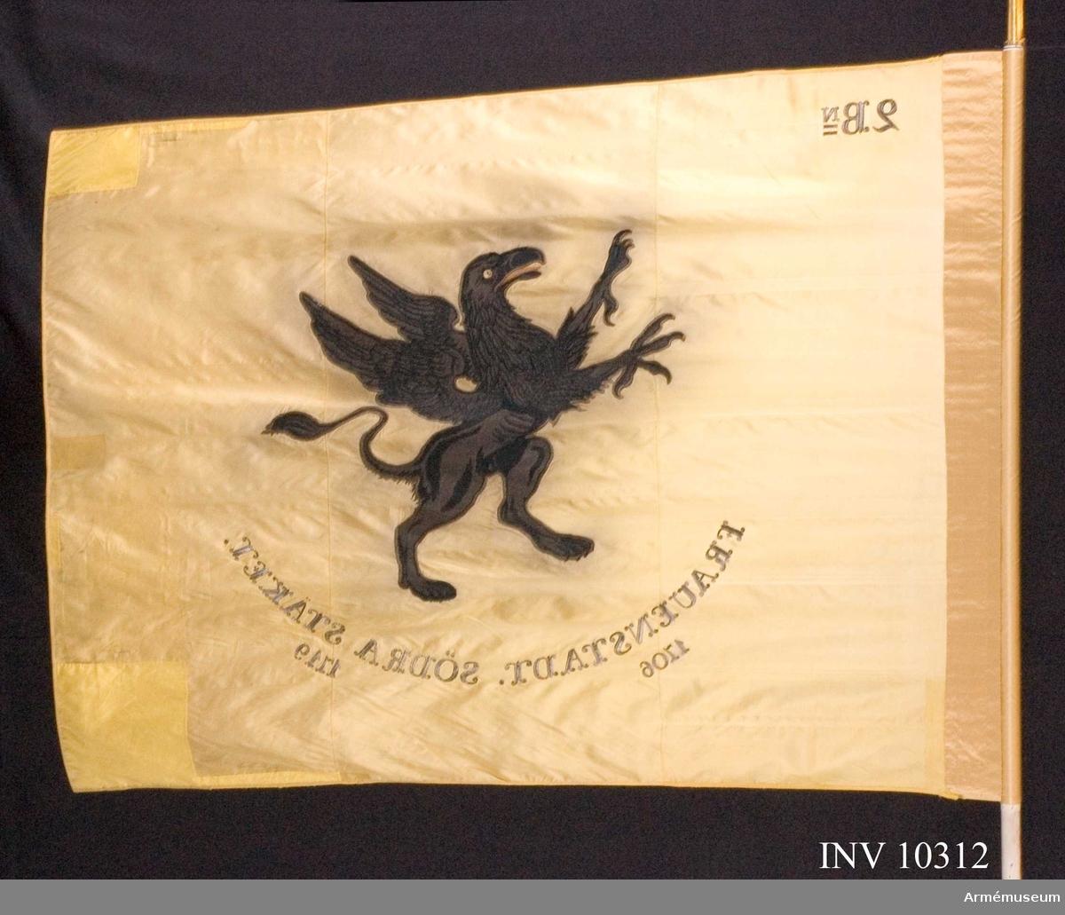 Grupp B I.  Gul duk. Svart grip med röd tunga. I övre vänstra hörnet 2 Bn. segernamn: Frauenstadt 1706 och södra Stäket 1719. Fanan tilldelad regementet av Oscar I den 23 juni 1850 på Ladugårdsgärde i Stockholm.   Samhörande är fana, spets, kravatt. Fanan är konserverad. Den svarta griopan har släppt färg (blött) och missfärgat duken omkring. Fanan är bandkantad. Doppskon är skavd, bucklig och sprucken, stången är smutsig och skavd efter användning.