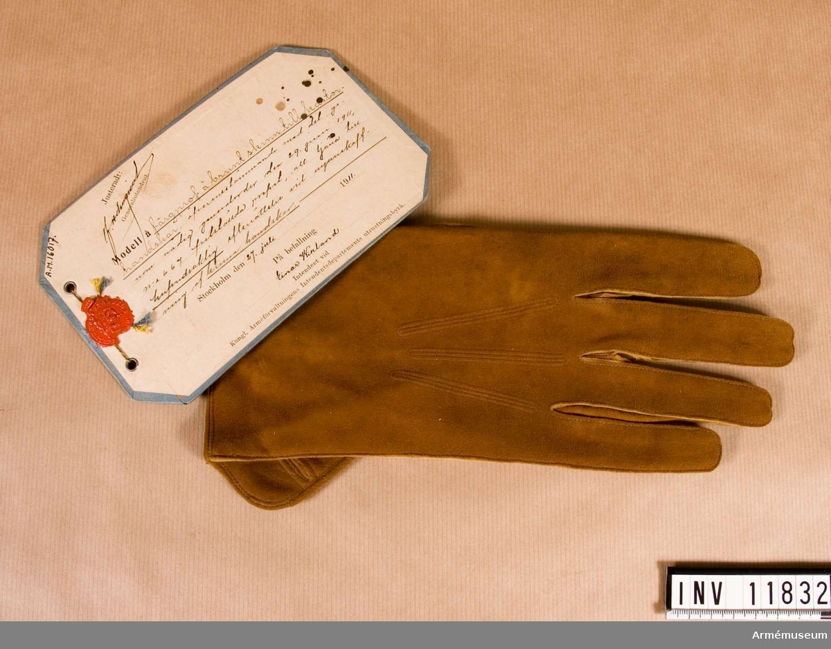 Grupp C I. Färgprov m/1911 å brunt skinn till kastorshandskar att tjäna till huvudsaklig efterrättelse vid anskaffning av bruna handskar. Högerhandske.