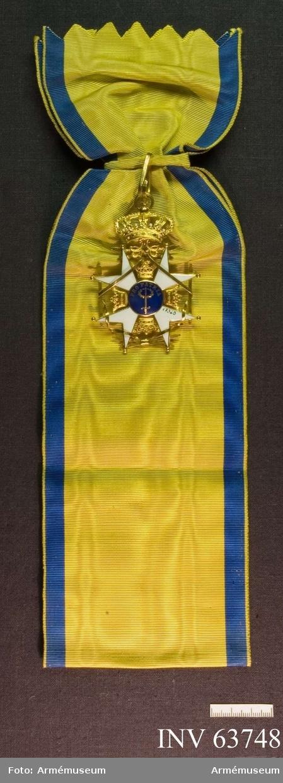 Grupp M II. Band till ordenstecken, Svärdsorden. Gulblått band som har bredd 104 mm och hopvikt längd 335 mm.