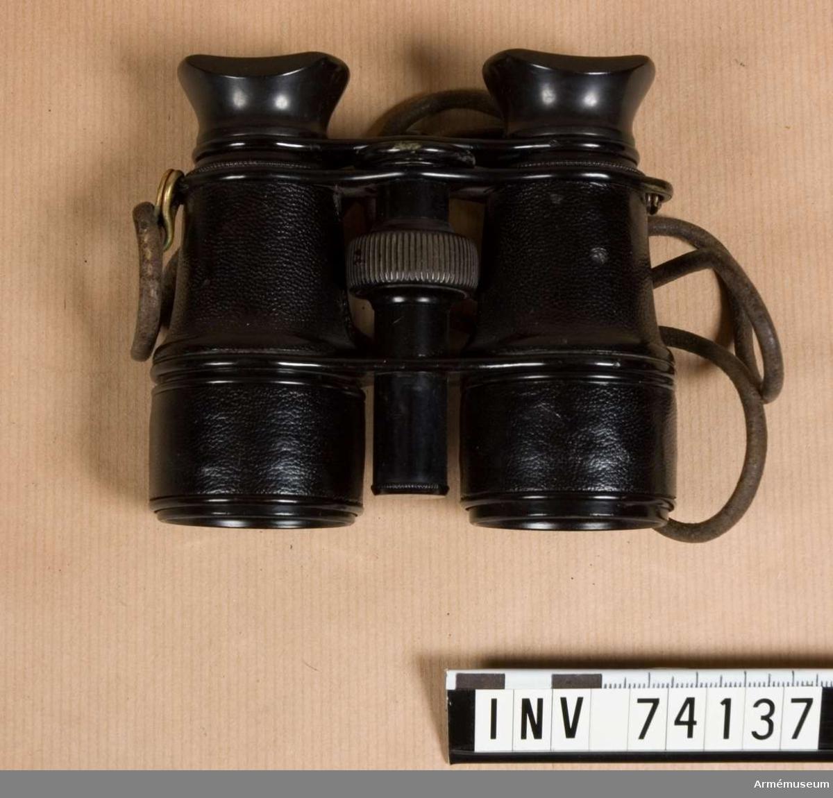Grupp F III.  Samhörande stativ i fodral samt transportlåda, som ,utom kikaren,även inrymmer diverse tillbehör. Märkt No. 19.