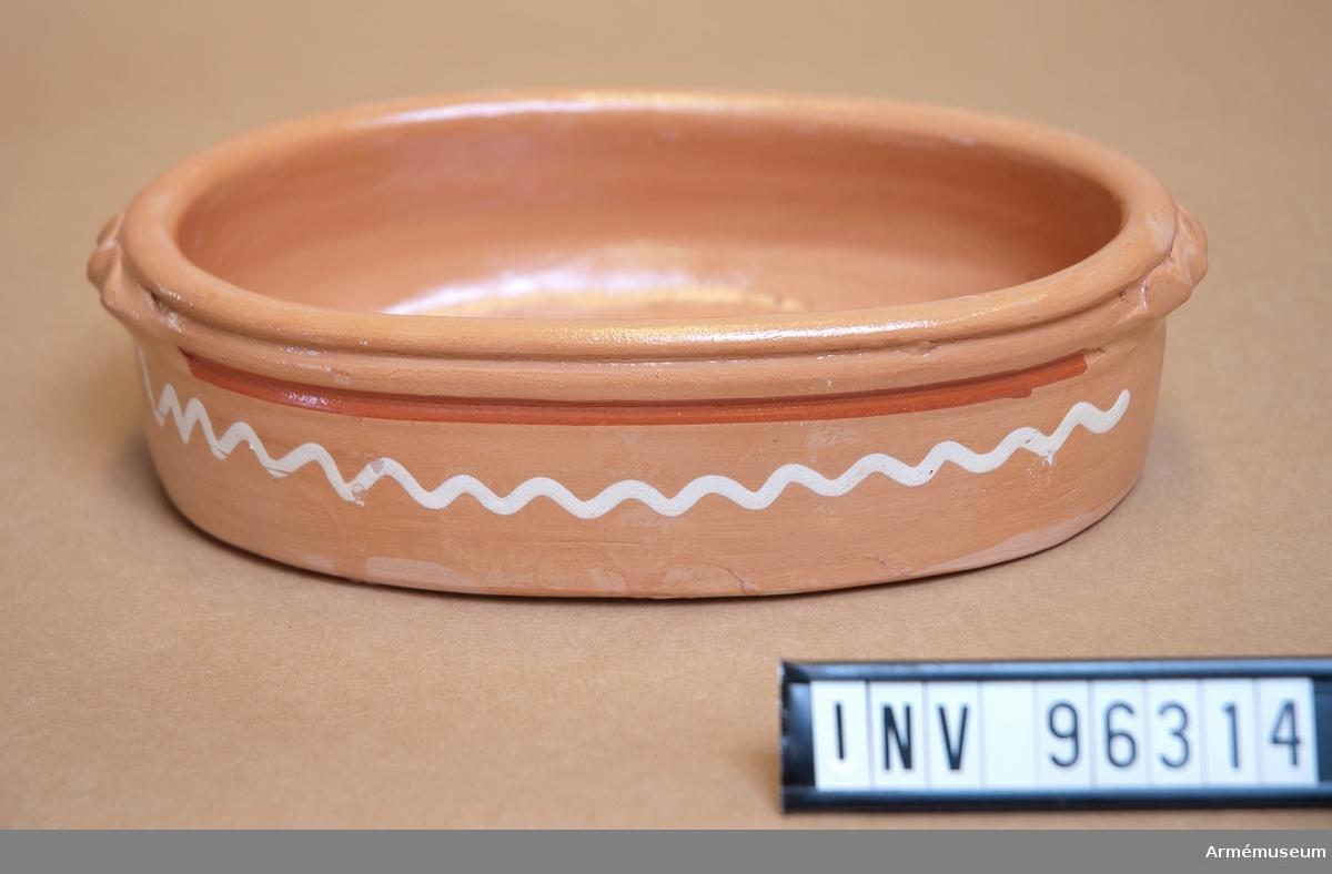 Oval skål i keramik, delvis glaserad.