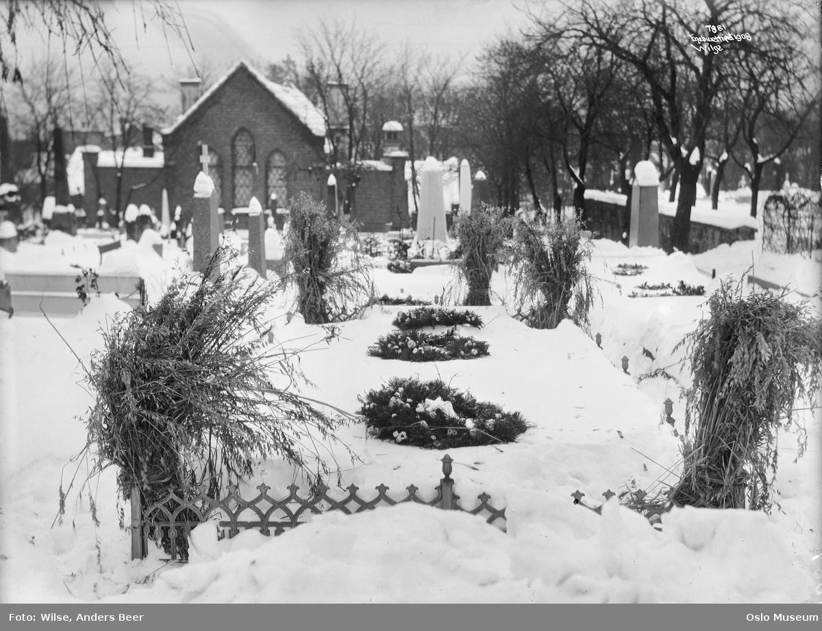 Vår Frelsers gravlund, kirkegård, julaften, gravstøtter, blomster, fuglenek, kapell, trær, snø