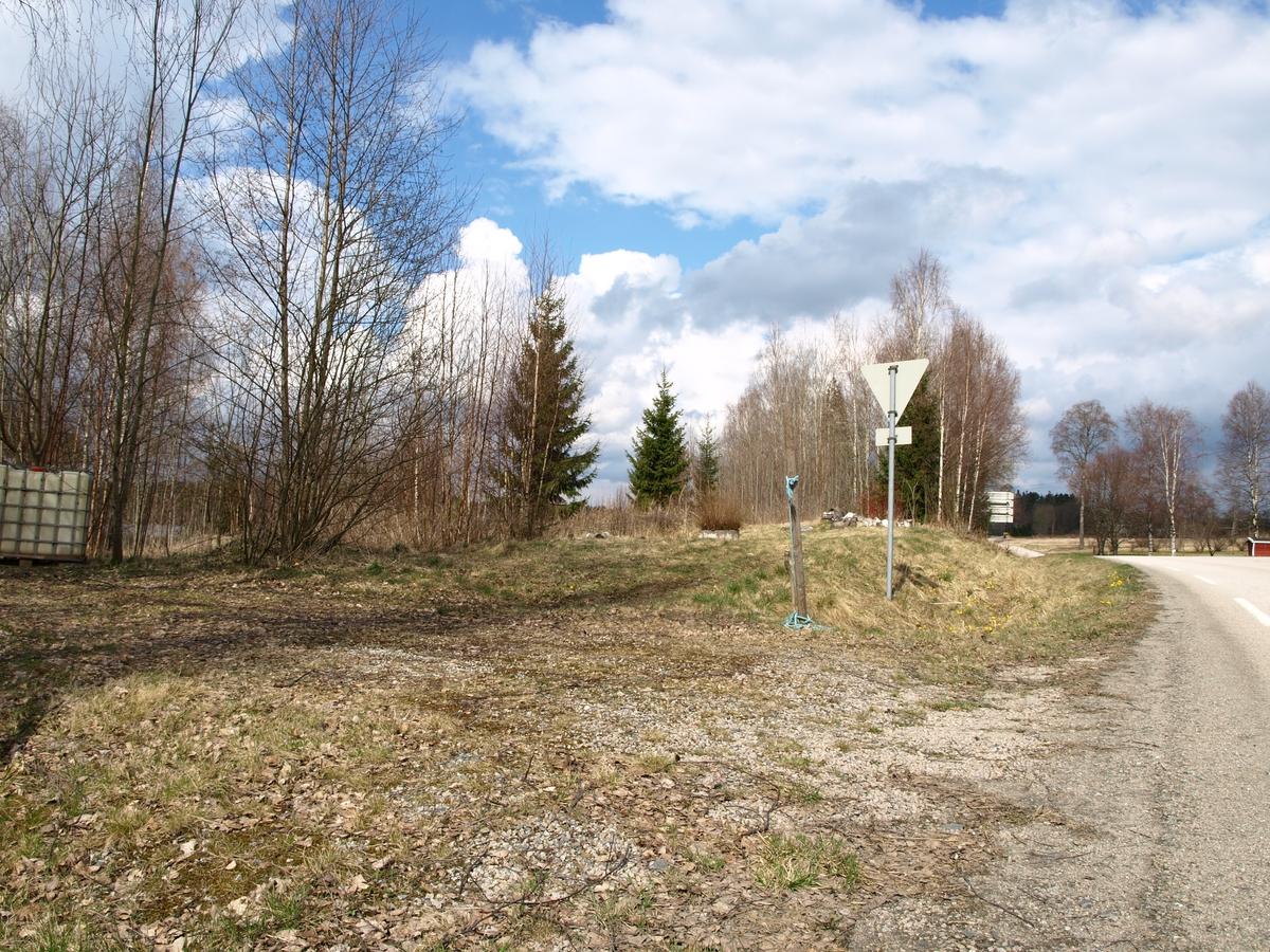 Liggesletta Solheimlandet lå rett vest for nåvarende riksvei 21 ved Solheim gård, Örje.
