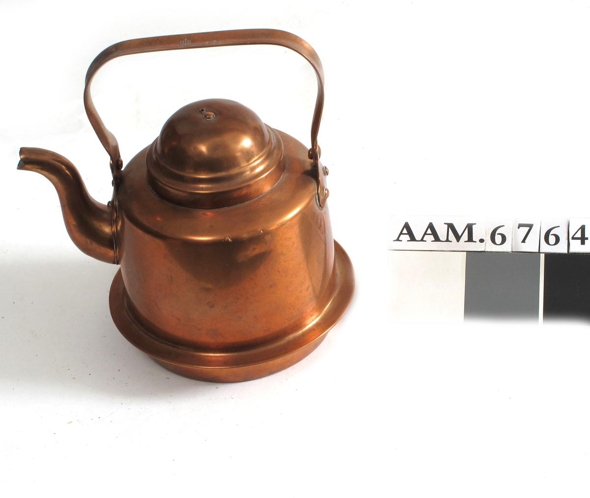 """Kaffekjele, komfyrkjele,  """"Enmannskjele"""" med en horisontal karm nede for plassering i  komfyr.  Rette sider, hvelvet lokk med profil langs kanten, lokkgrep  mangler.   Korpus trykt  i to  deler. Tuten er presset i to halve deler. Ørene er hugget i  eksenterpresse.   På det konkavt buede hankebånd fgl. tekst under en krone:   Eskilstuna 1607 1 L.  Tilstand jan. 1967: litt irret, ellers bra."""