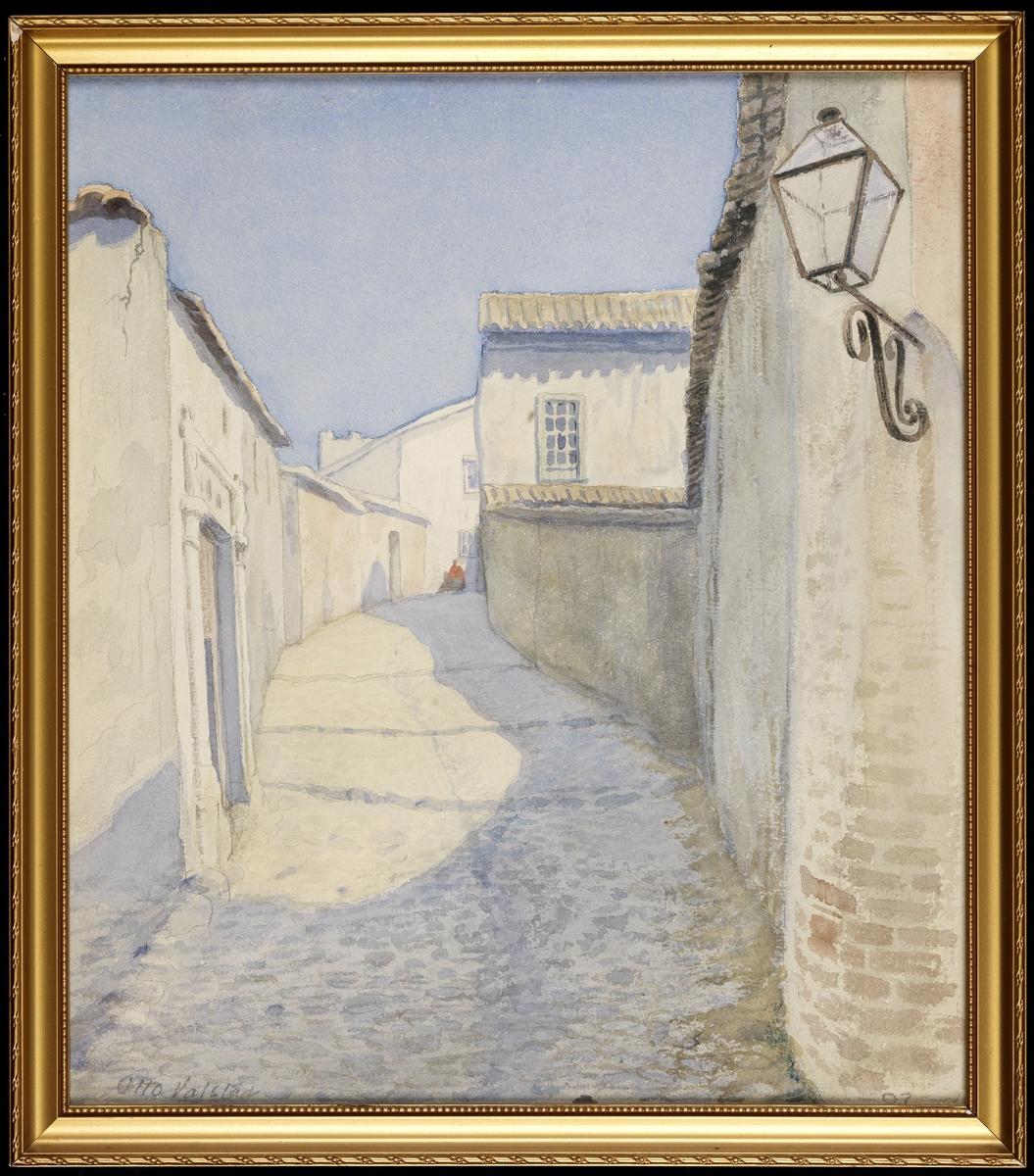 Gate m. trappetrinn, sving tilh. øv., kranset av lave, lyse murhus, asurblå himmel