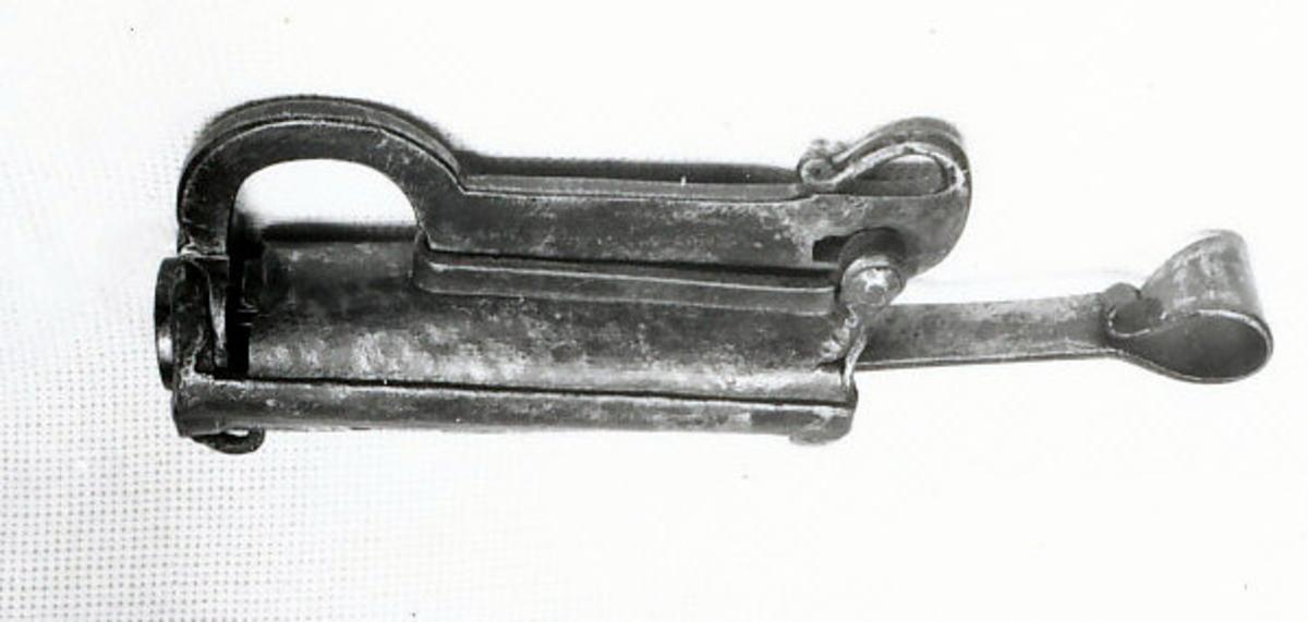 selve låsen er sylindrisk, jernbånd.  Nøkkel, 2532, hører antagelig til.