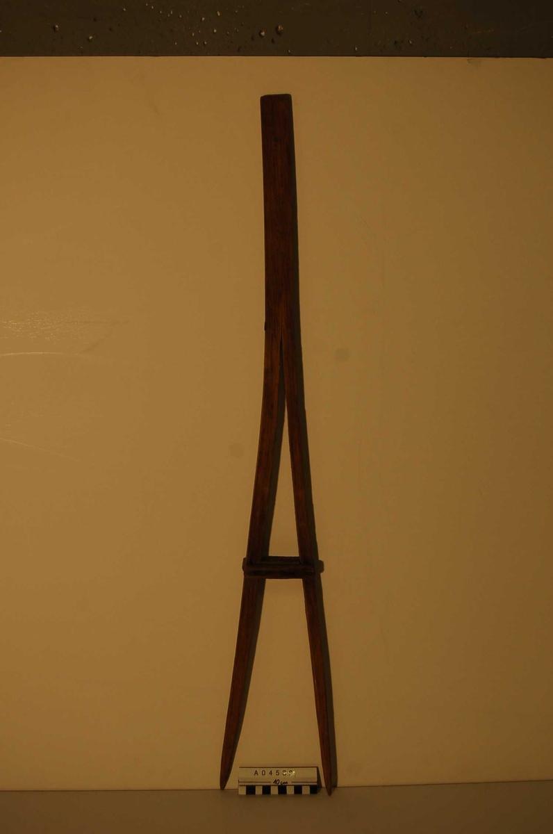 Ett stykke tre, splittet opp til 28cm gjenstår. Splitten er fastlåst med et mellomstykke og to utvendige små lister,, 1,5cm brede.  disse er festet med spiker.