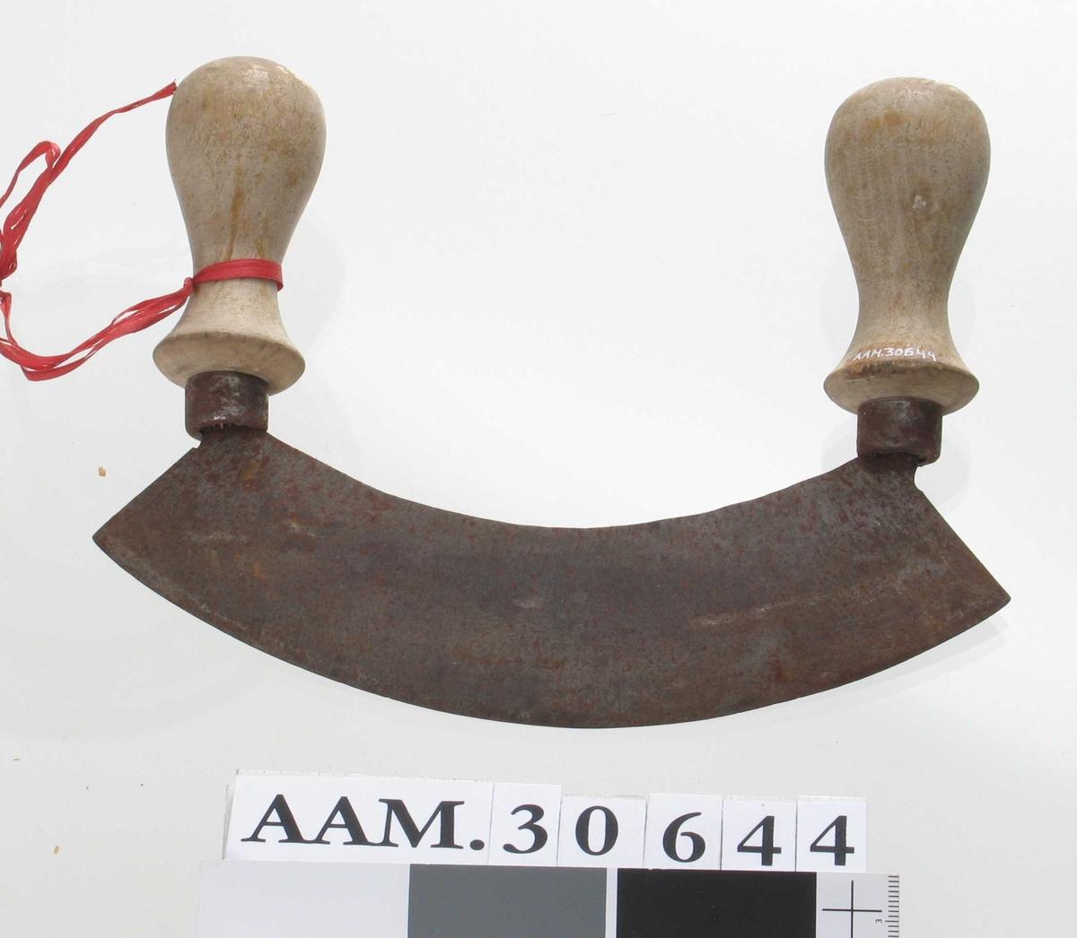 Form: Rektangulært, buet knivblad med dreiet håntak på hver side.