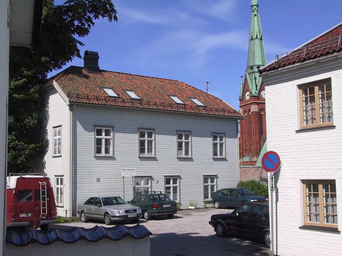 Øvre Tyholmen, bygningen Sløyden. Bygd som museum i 1840, brukt som sløydundervisning og nå kontorer. I bakgrunnen kirketårnet på Trefoldighetskirken.