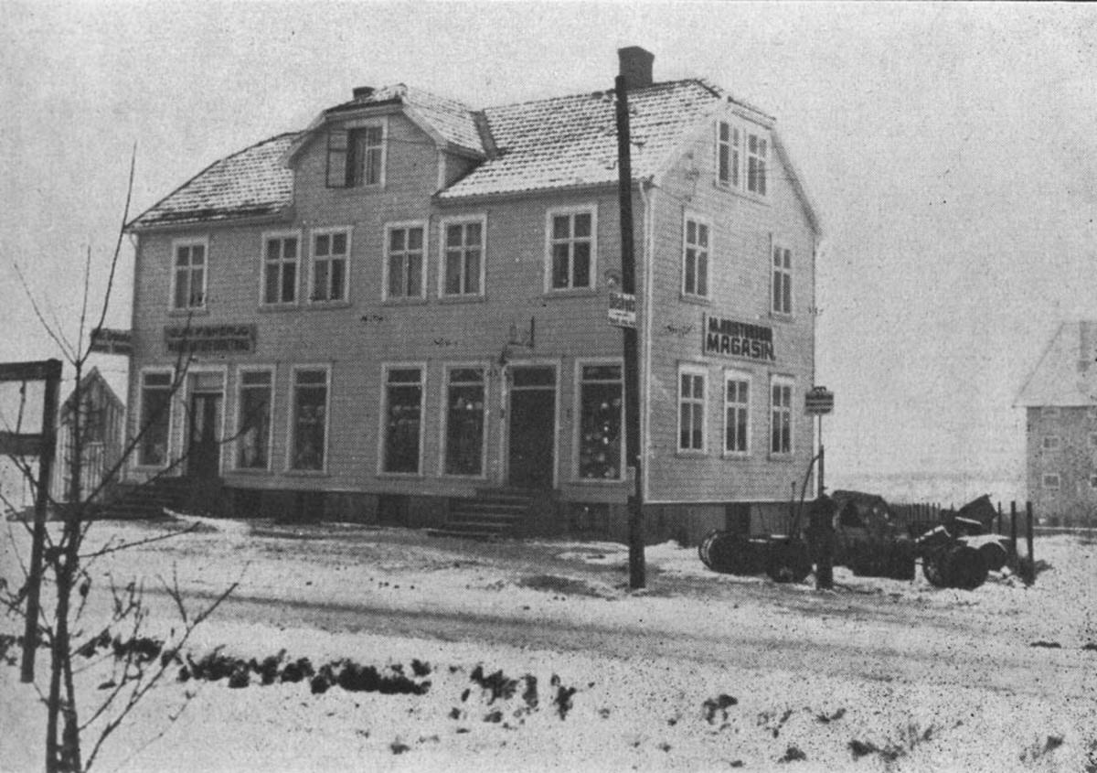 """Kristensens Magasin i Villa """"ROM"""". Venstre delen av bygningen holdt A/S Guri Fiskerud Manufakturforretning til."""