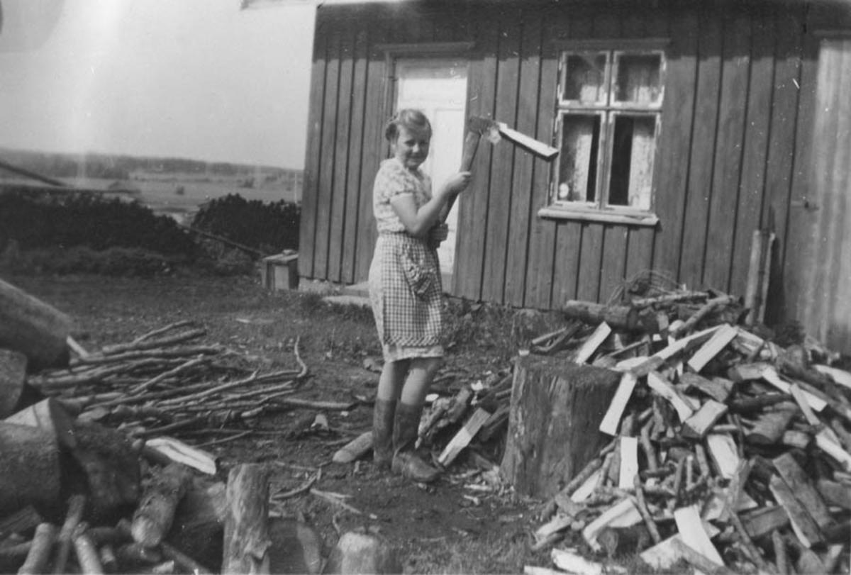 Ingrid Høybraaten hugger ved.