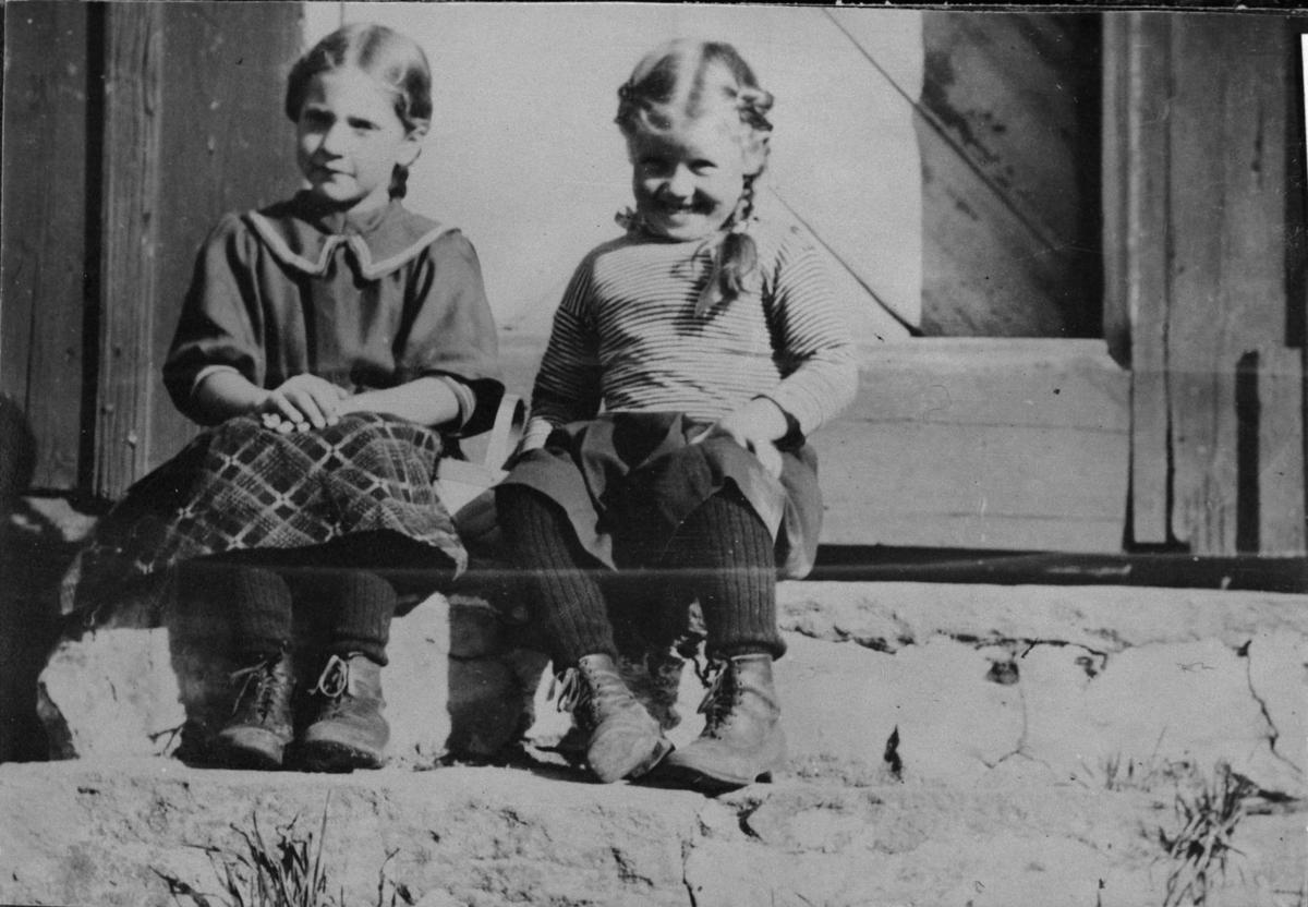 To små piker på en stentrapp