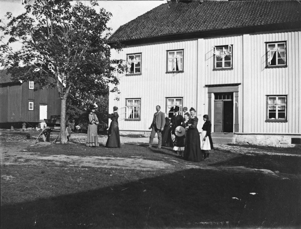 Gårdsplassen på Belsjø, gruppebilde, mann, kvinne, vogn, tjenestepike, familien Michelsen