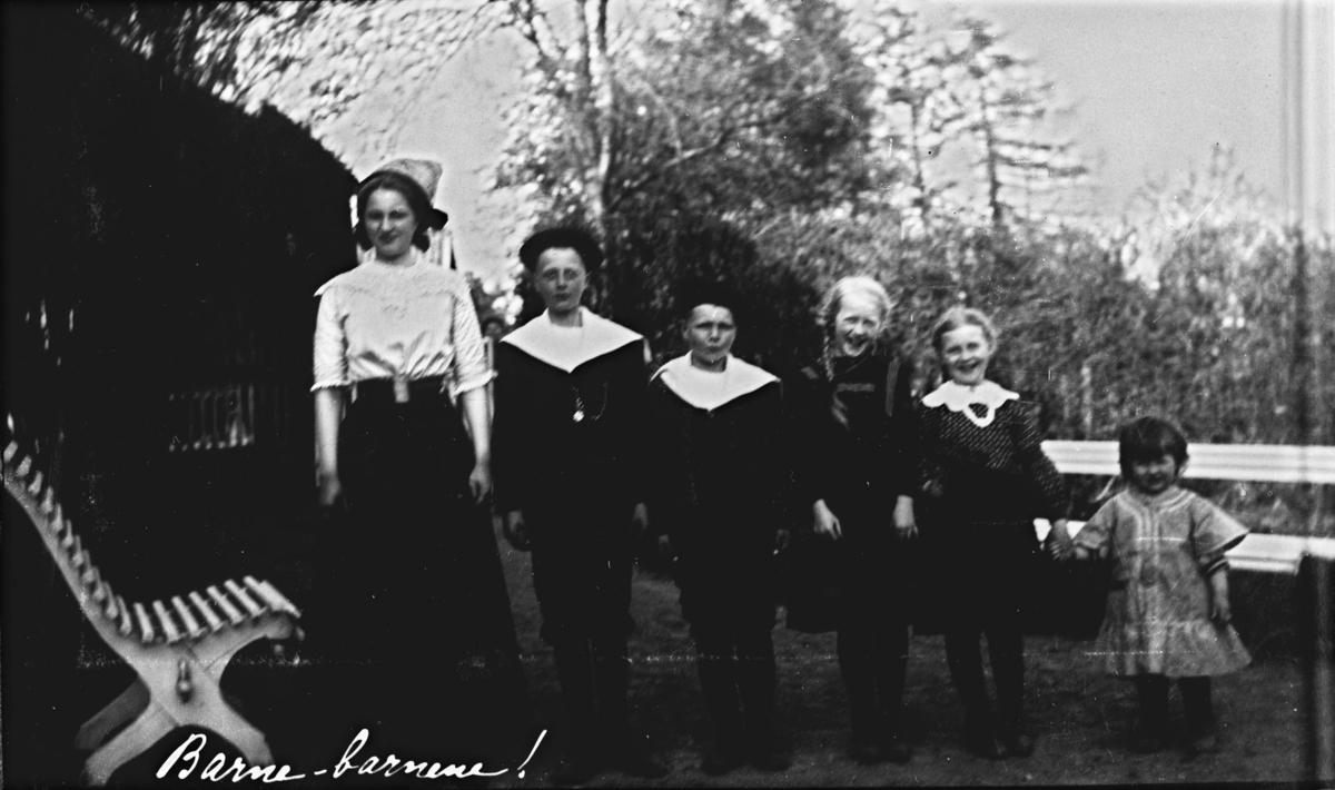 Belsjø, gruppebilde, uniform, drakt, kvinne, mann, barn, familien Michelsen