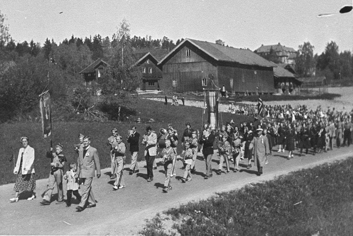17. mai-toget på Skiveien. I bakgrunnen Hovedgården.