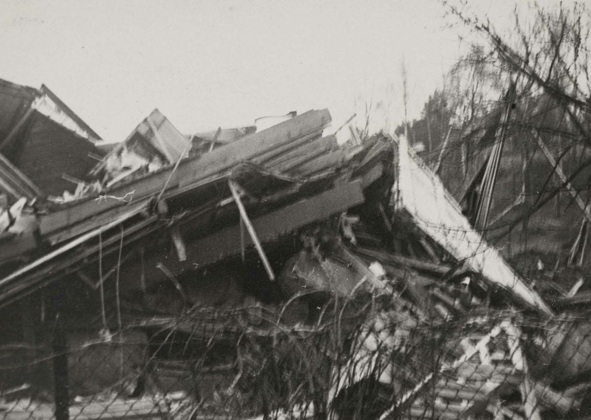 Album med fotografier fra bombingen av Kjeller flyplass 18. november 1943. Serien viser ødeleggelsene på bygninger, fly og omgivelser. Alle bildene er kommentert av fotografen.