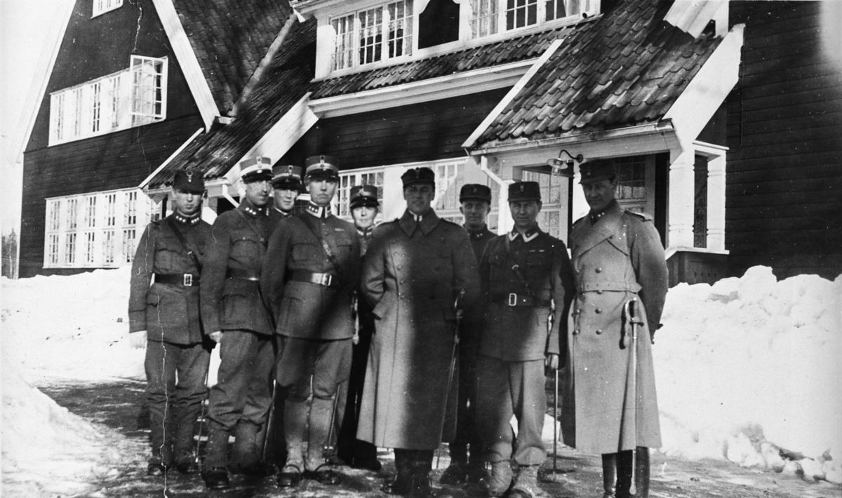 Kronprins Olav og offiserer på Trandum