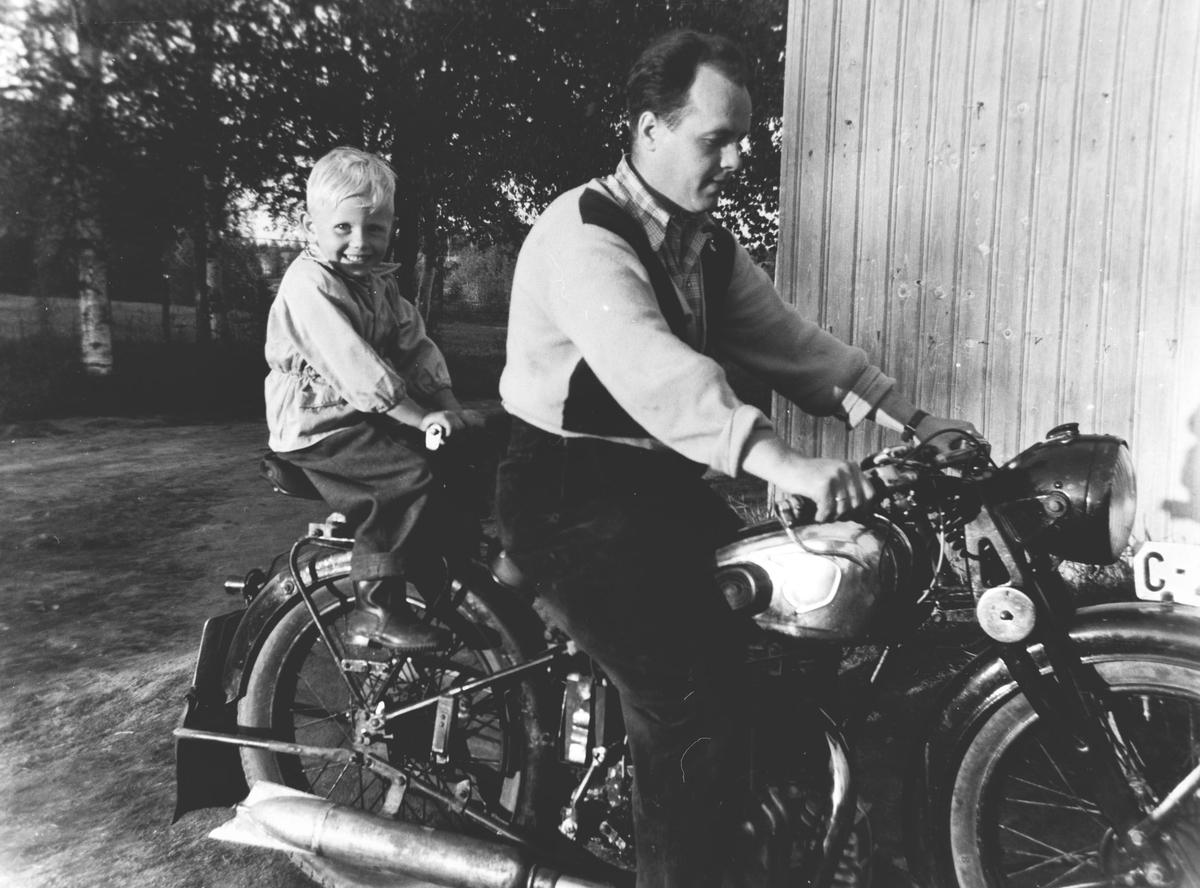 Gutta på motorsykkel 1954/NSU Torsby/småbruk.