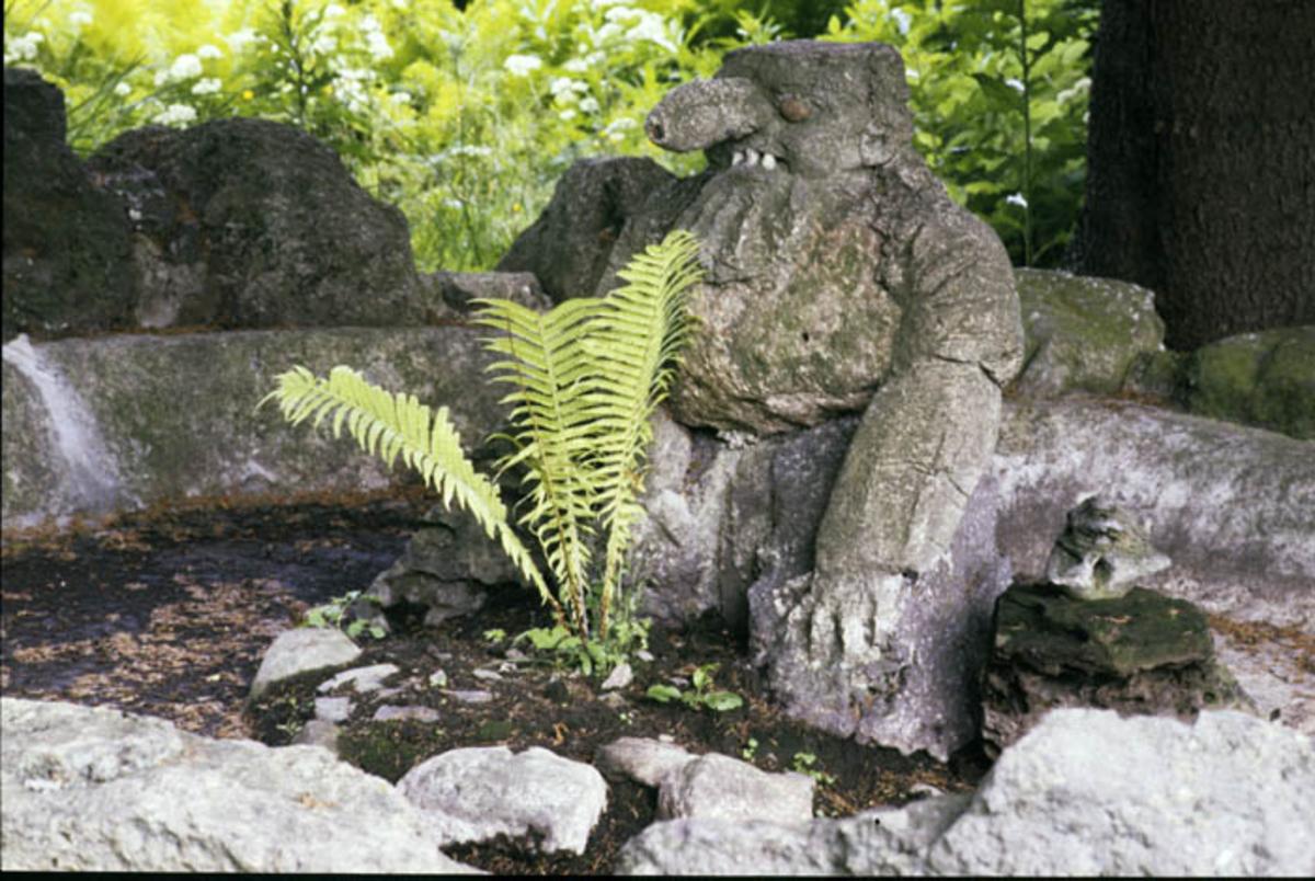 Steintroll i hagen.
