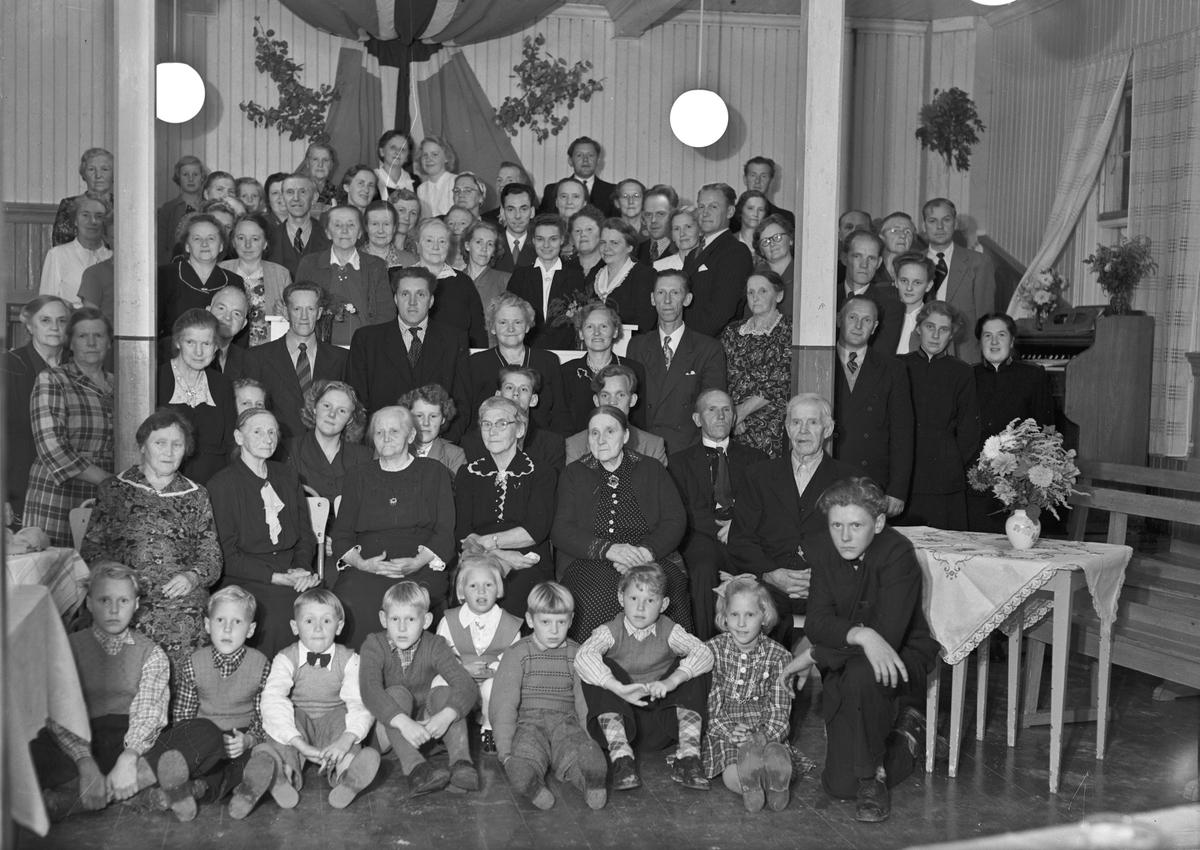 Forsamling av barn og voksne. Noen har uniform fra Frelsesarmeen.