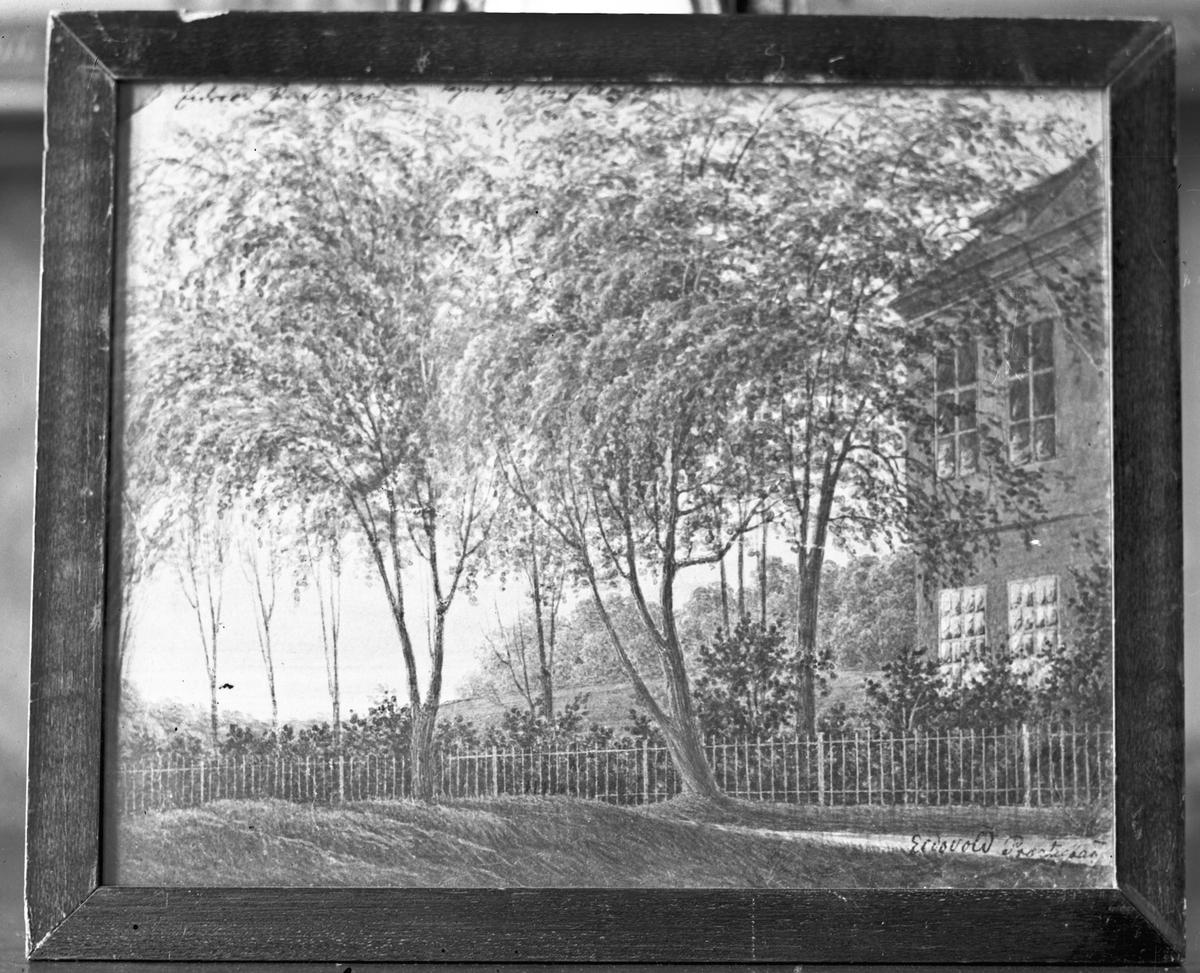 """Avbildet maleri av hus og hage – Eidsvoll Prestegård. Se bok av Eirik Sundli: """"Eidsvoll Kirke""""."""