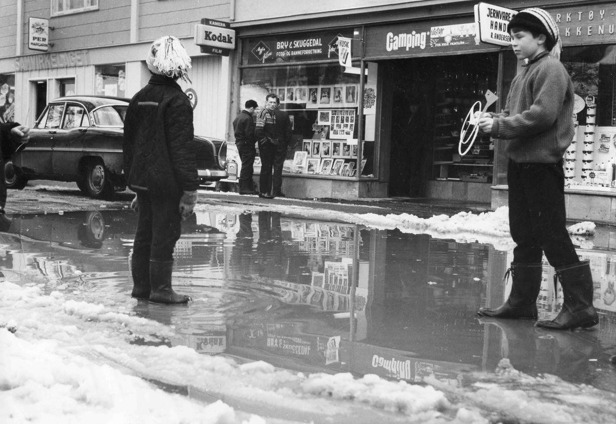 Sundet på 50-tallet, i Wergelandsgata. Bry & Skuggedals forretning i bakgrunnen - på andre siden av gata der gullsmed Sundt ligger i dag (2011).
