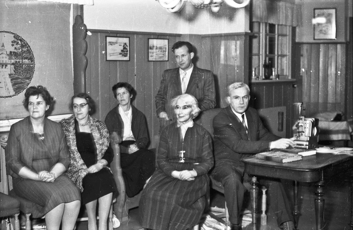 Kvinner og menn ser på film.  Fra v.: Ingrid Karlsen, Martha Hermansen (Dokken), Nelly Skaug, Johannes Skaug, Margit og Bjarne Svare.