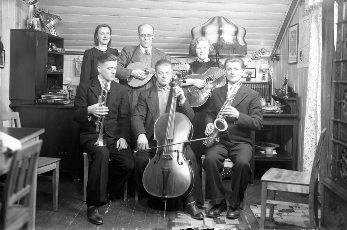 """Sekstetten som ga musikk på """"Arken"""" bl.a. under krigen - da dette bildet ble tatt. Bakerst fra v.: Tora Pettersen, Johan Granly, Astrid Granly. Foran: Sigurd, Adolf og William Pettersen."""