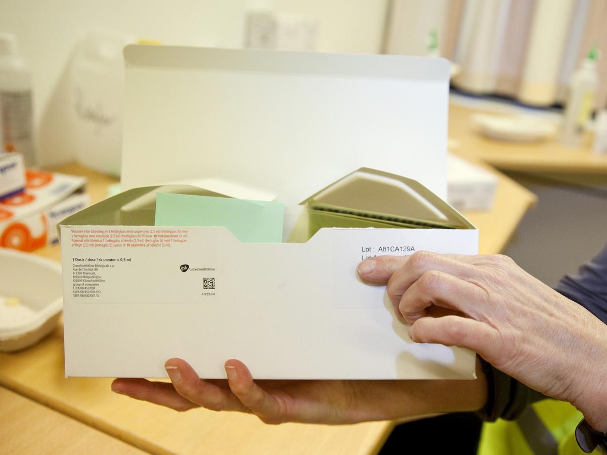 Svineinfluensa. Vaksinasjon mot svineinfluensa på Skedsmo Rådhus den 20.11.09. Vaksinasjonsområde. Kontor for forberedelse av vaksine. Pakke med Pandemrix-vaksine er merket med et lotnummer.