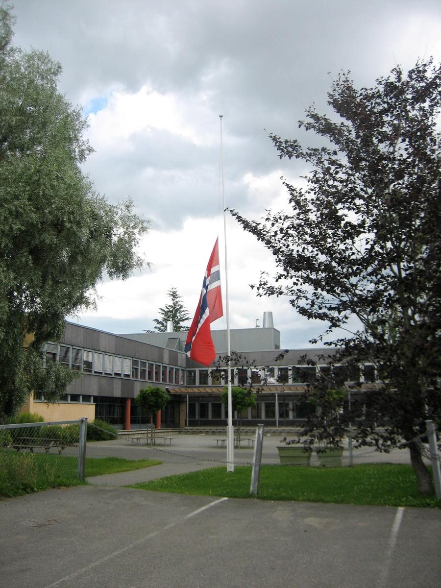 Minner etter terrorhandlingen den 22. juli 2011. Flagg på halvstang ved Fjellsrud ungdomsskole på den offisielle flaggdagen den 29.07.11.