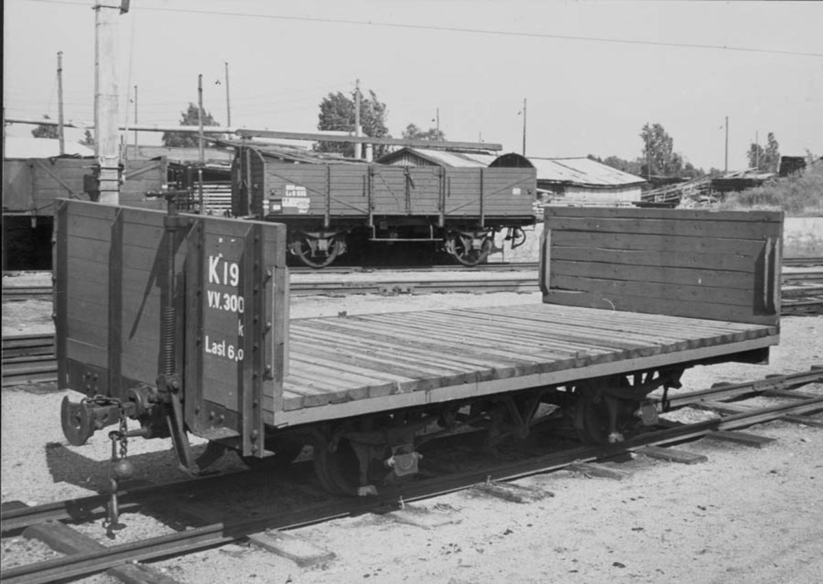 Hensatte godsvogner på Sørumsand stasjon. Normalsporet vogn type L i bakgrunnen.