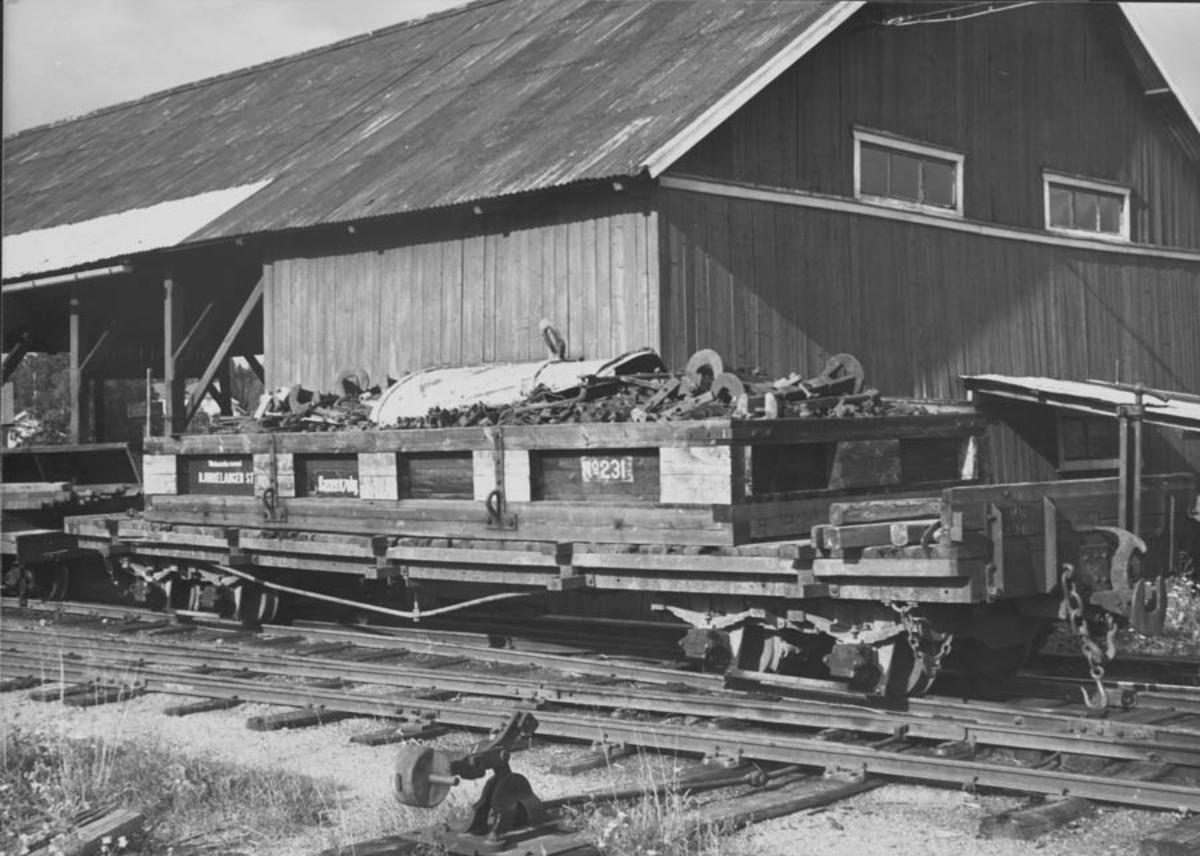 Løftekasse fylt med skrapjern / deler fra jernbanevogner. Se også UHB-005:0011.