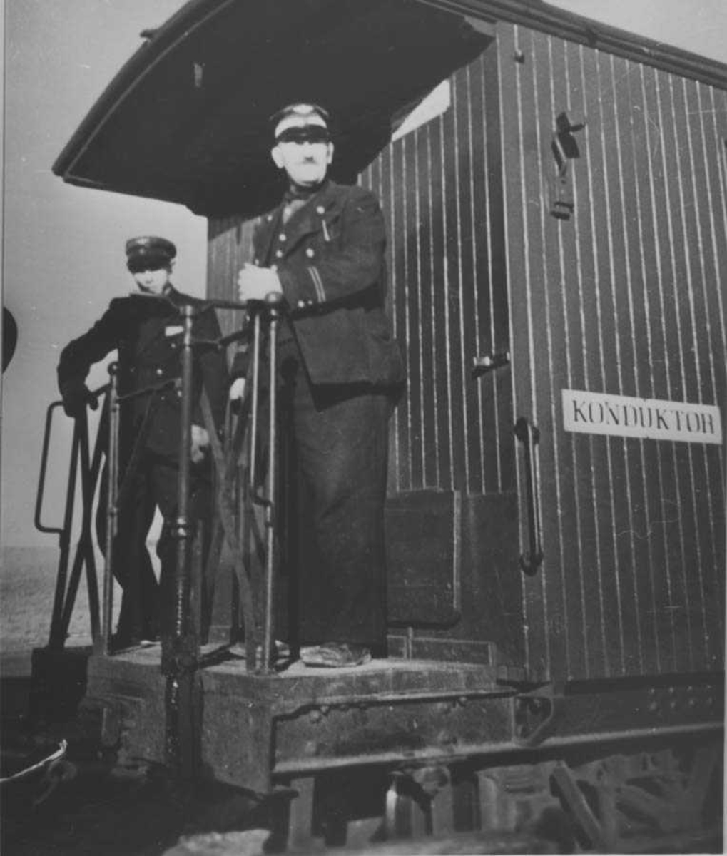 Konduktørpersonalet på bremseplattformen på vogn CFo6.
