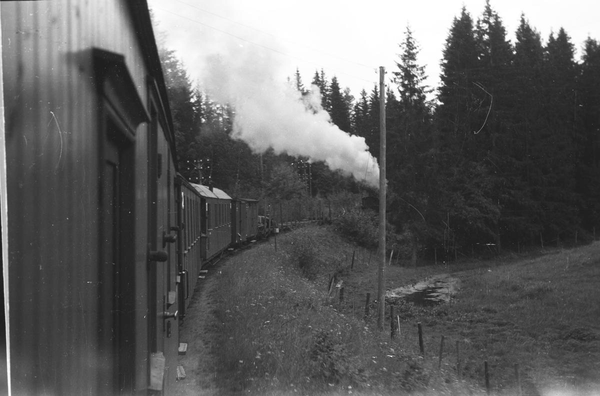 Tog 2051 retning Skulerud på vei opp Sætrabakken. Km skilt midt i bildet; 3 km fra Sørumsand.