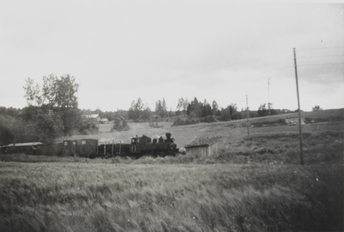 Siste ordinære tog retning Sørumsand ankommer Hornåseng stasjon.
