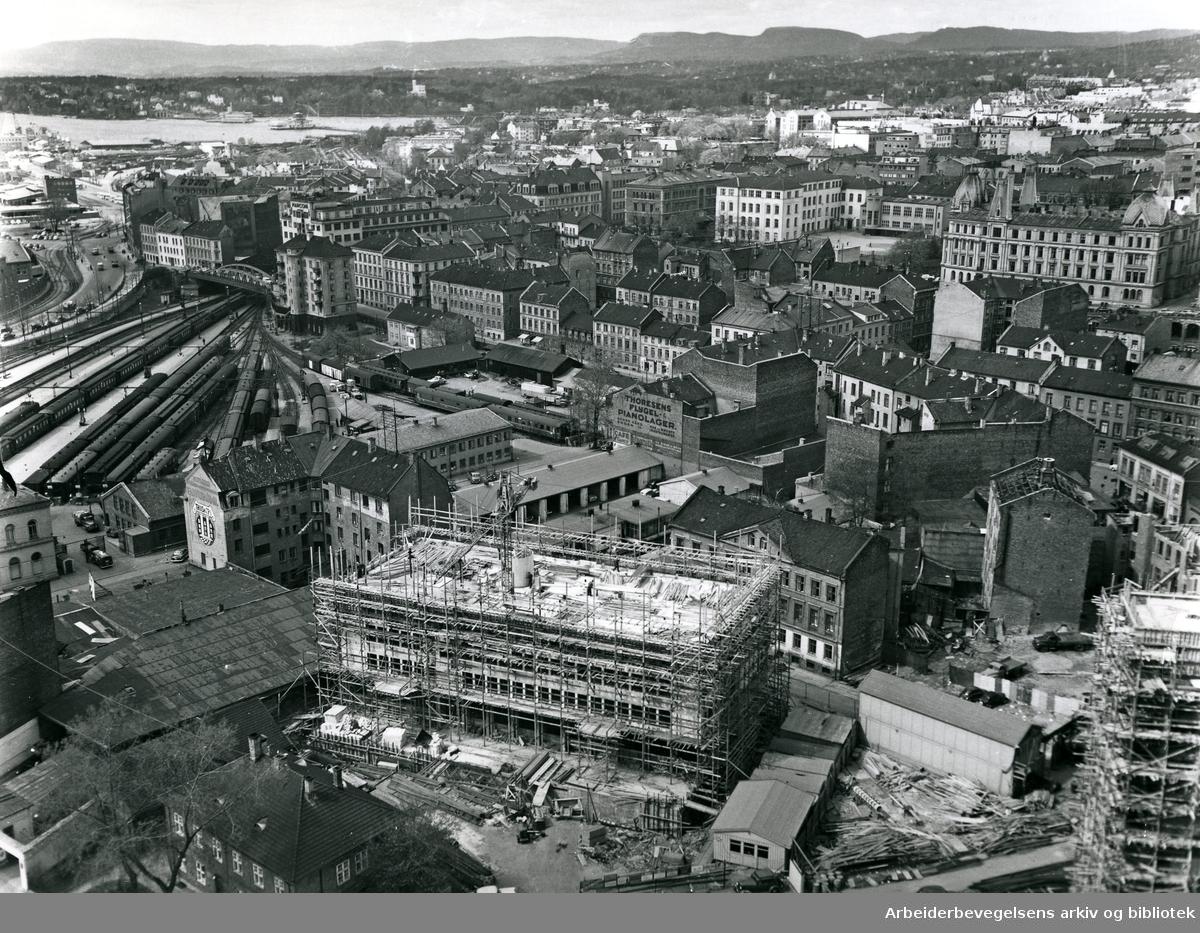 Vika med Munkedamsveien, Victoria Terrasse og Ruseløkka skole. I forgrunnen oppføres Thiisbygningen,.1961