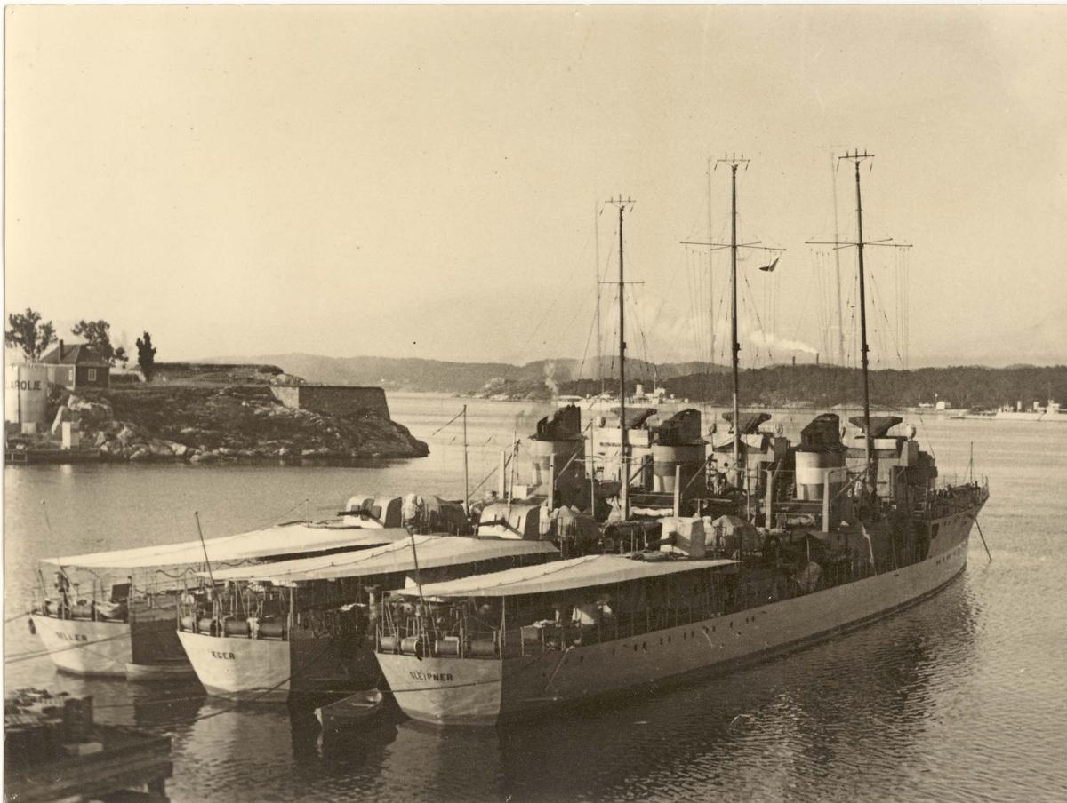 Motiv: Jagerene GYLLER, ÆGER og SLEIPNER. Akterfartøyet. Styrbord låring. I bakgrunnen M/L OLAV TRYGVASON. Fotografert i Kristiansand