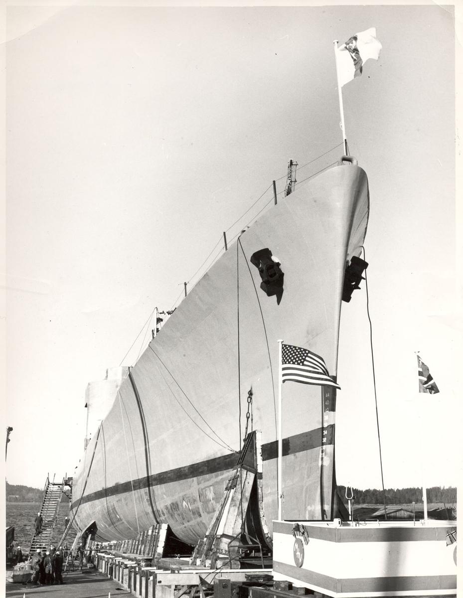 """Oslo-kl.- fregatt KNM """"Trondheim"""", dåp og stabelavløpning, 4. sept. 1964. På beddingen før dåpen. Baugpartiet."""