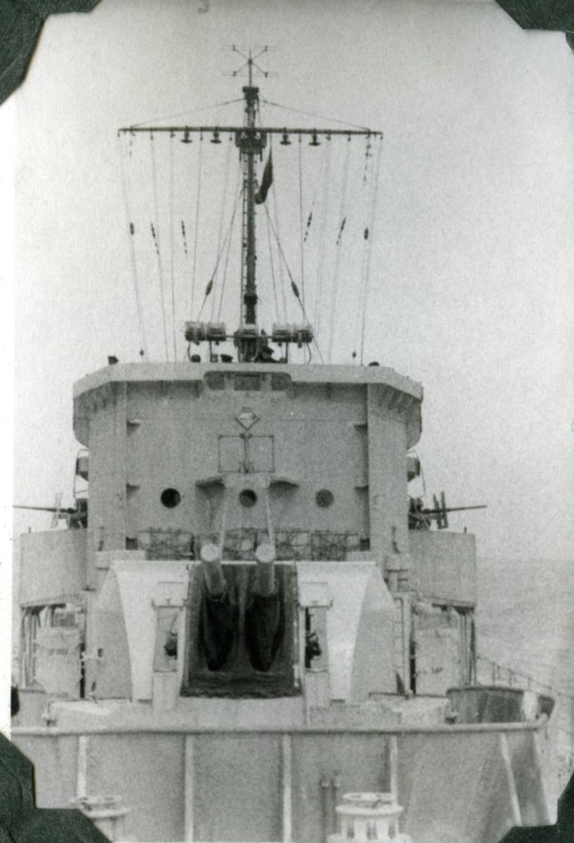 """Album Glaisdale H.Nor.M.S. """"Glaisdale"""". Fotograf: Ltn. Holter. Viser deler av skipet."""