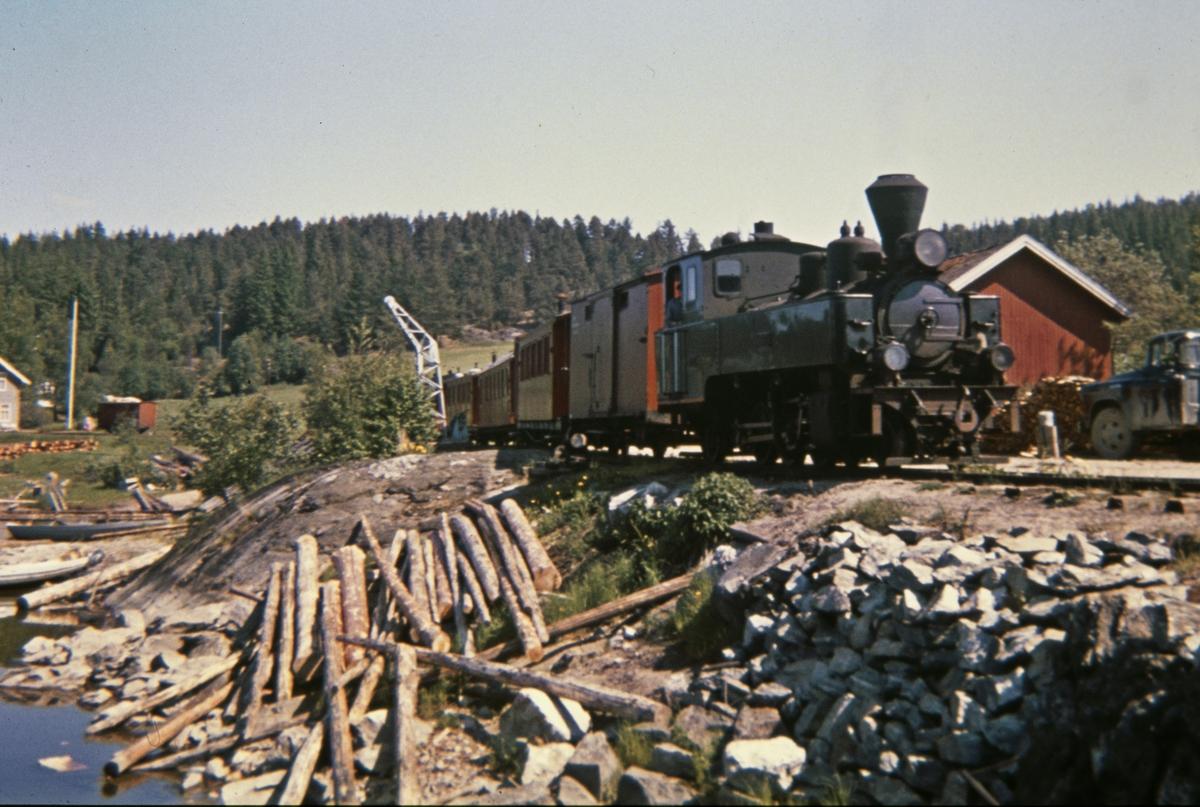 Tog 2051 har ankommet dampskipsbrygga på Skulerud.