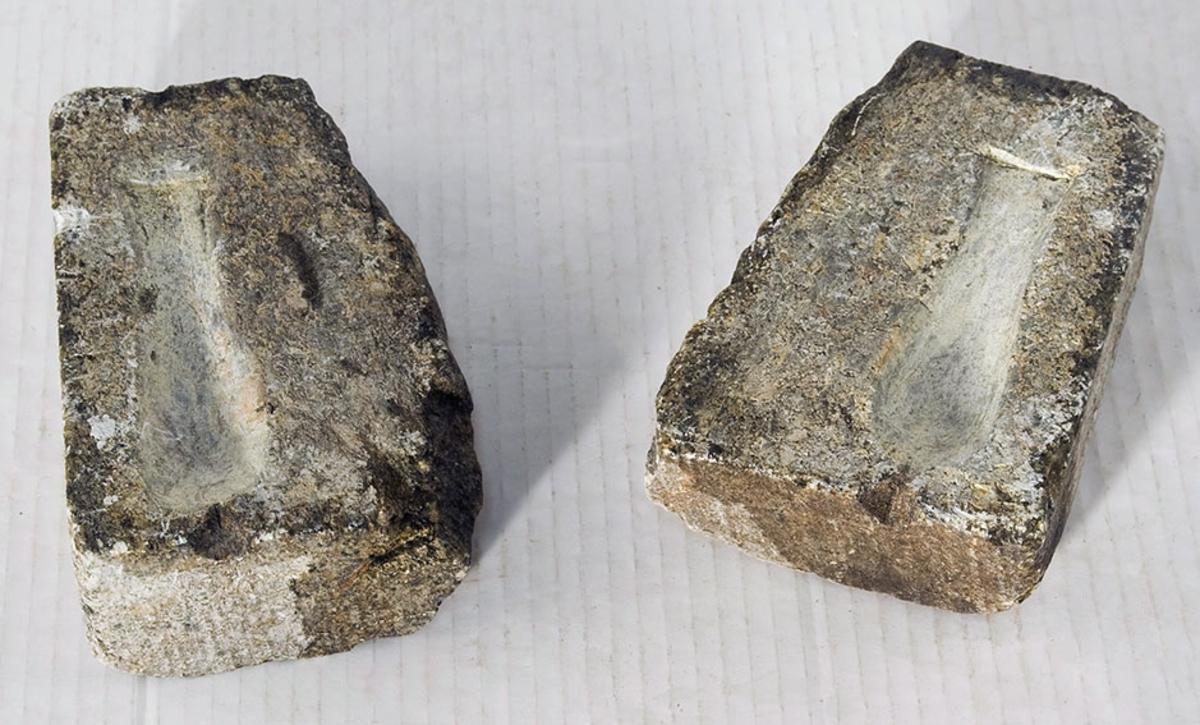 Støpeform for pilk hult ut i kleberstein. To halvdeler som settes sammen og fylles med flytende metall.